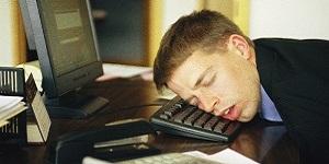 спящий на столе работник