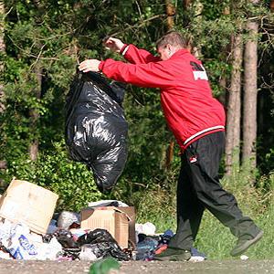 выкидывание мусора в лес