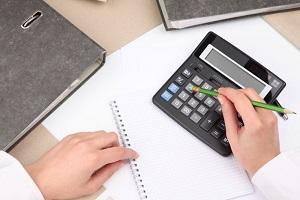 стол рука и калькулятор
