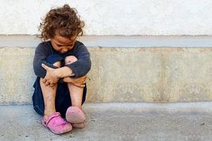 ребенок сидит на улице