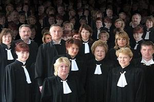 много судей
