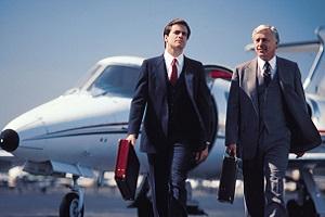 два бизнесмена у самолета