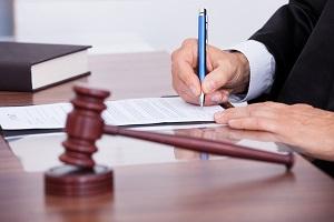рука судьи подписывающая документ