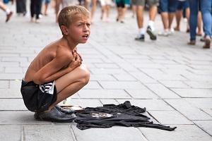 ребенок просит милостыню