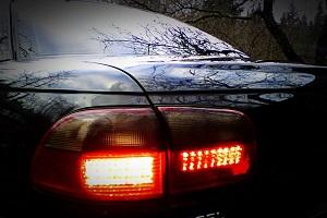 горящие стоп сигналы на автомобиле