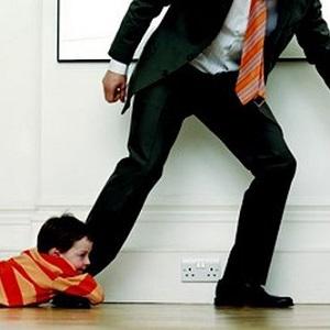 сын держится за ногу отца