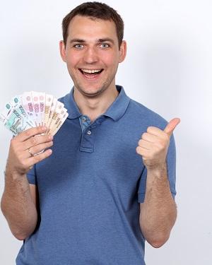 довольный мужчина с деньгами