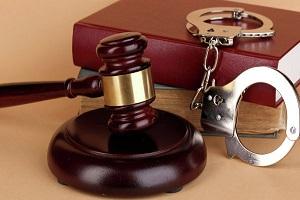 судебный молоток и наручники