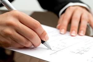 рука с ручкой и документ на столе