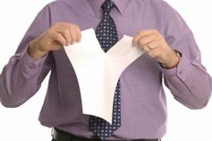 разрывает лист бумаги