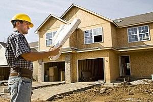 строитель у дома